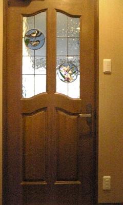 自宅ドアに取り付けたステンドグラスパネル
