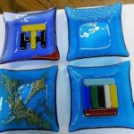 ガラスを何色も上に載せて皿や時計を作る体験