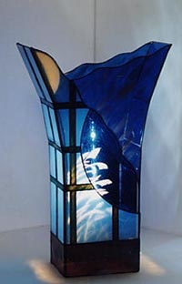 ステンドグラスランプ。ガラスの窓越しにススキを見る