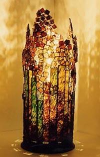 ステンドグラスランプ。うっそうとした木立のイメージのランプ
