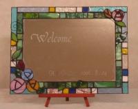 ステンドグラスで作るウェルカムボード鏡に文字が彫って有ります。
