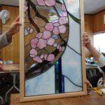 桜をモチーフにした額縁仕立てのステンドグラスパネル