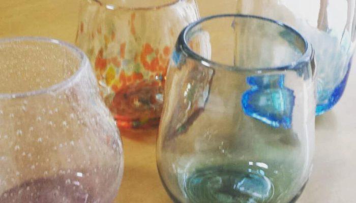 いろいろなカラーの吹きガラスコップ