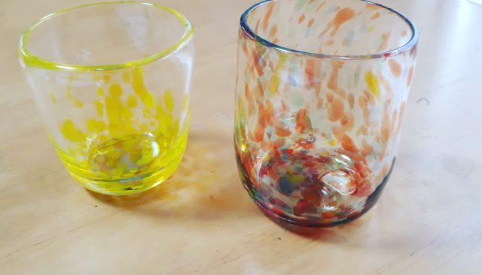 黄色とミックスカラーのコップ