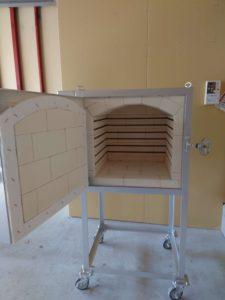吹きガラスの完成品の歪をとるための徐冷炉の内部