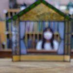 ステンドグラス体験で作るおうちの形のフォトスタンドです。