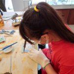 ステンドグラスの時計を小学生が作っています。
