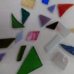 ステンドグラスで可愛いアクセサリーを作ります。その時使用のガラス片