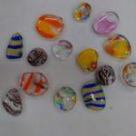 アクセサリー体験用のガラスナゲットです。色を重ね模様を作っています。