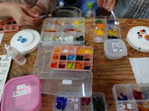 ガラスを溶かして作るアクセサリー体験のガラスを紹介