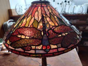 スファニーランプのトンボの羽部分ガラスや背景の色